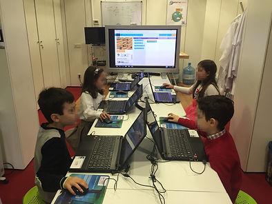 Niños aprendidendo a programando en Scratch