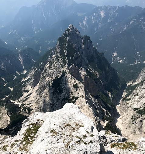 Pogled v dolino in razsut greben