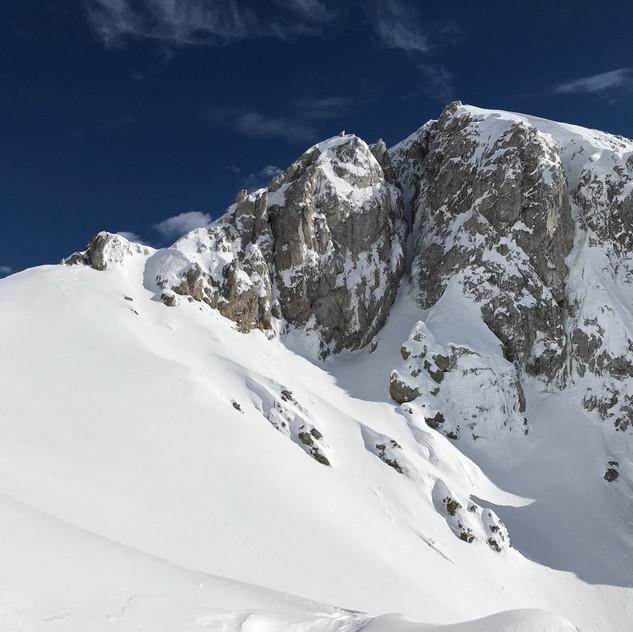 Zasneženo, zadaj Veliki Draški vrh