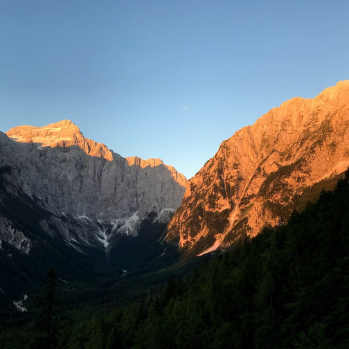 Triglav in Stenar v jutranjem soncu