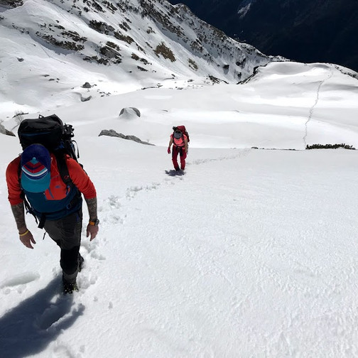 naše sledi, odtisnjene v snegu