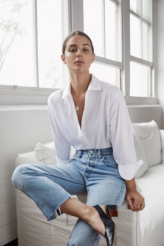 weisse Bluse mit hellen Jeans