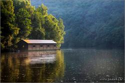 Het botenhuis op stuwmeer