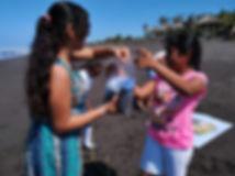 Niñas de Rama Blanca aplicando la ciencia ciudadana mientras estudian la basura marina en las playas de Guatemala