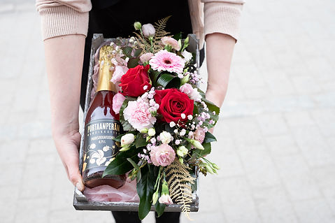 Kukkakauppa Neilikka kukkia ja kuohujuomapullo lahjaksi