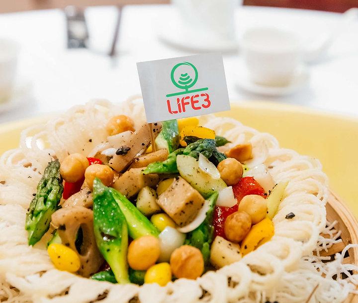 新加坡食品科技初創公司Life3 Biotech基於植物配方,包括真菌、小扁豆、大豆和穀物來模仿雞肉和海鮮的味道。