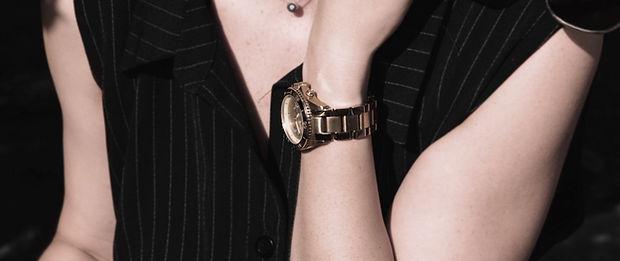 Mano femenina con el reloj