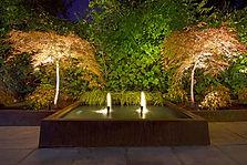 Estanque-en-jardin-con-luz.jpg