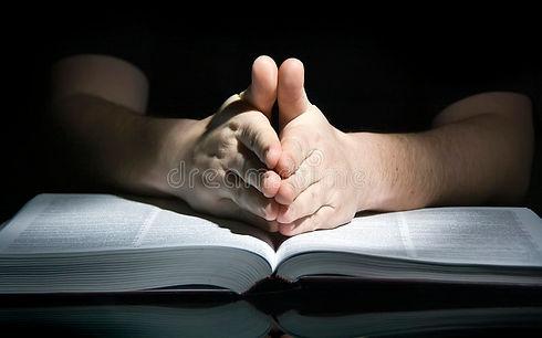 homme-et-bible-de-prière-4069786.jpg