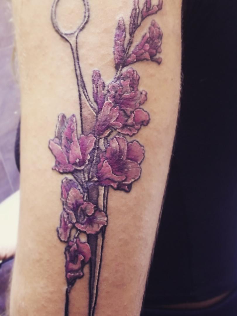 tijeras con flores