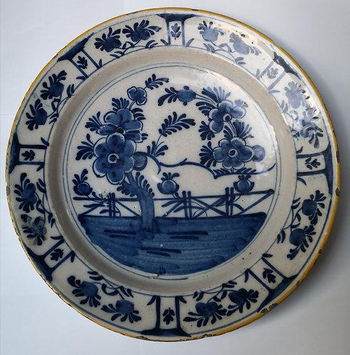 Plat en faience de Delft . XVIIIe siècle