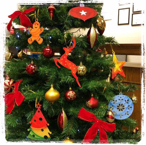 קישוטי לעץ חג המולד חתוכים מנייר