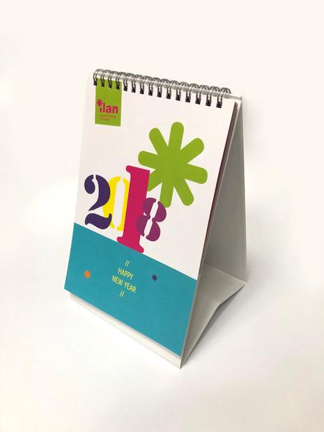 לוח שנה צבעוני עם חיתוכי לייזר