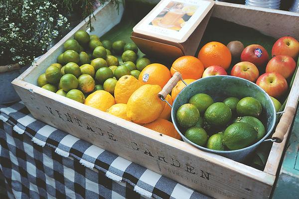 Kiste mit frischem Obst