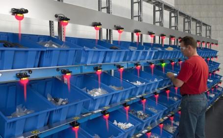 Pick-to-Light Lösungen vermeiden Unterbrechungen und Fehlerrisiken im Fertigungsprozess