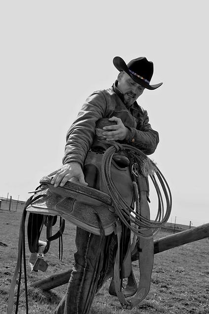 Countrysänger Rob Georg trägt seinen Buckaroo Westernsattel