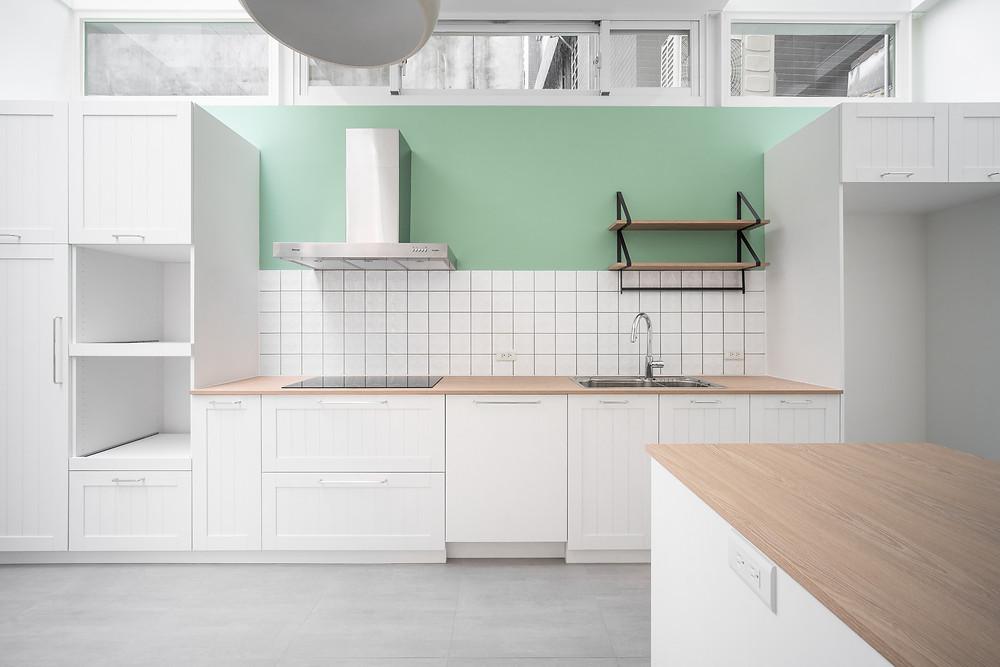 明亮簡約的鄉村風廚房 主牆有綠色牆面跟磁磚