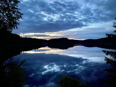 Sommernatt over et vann på Villmarksruta