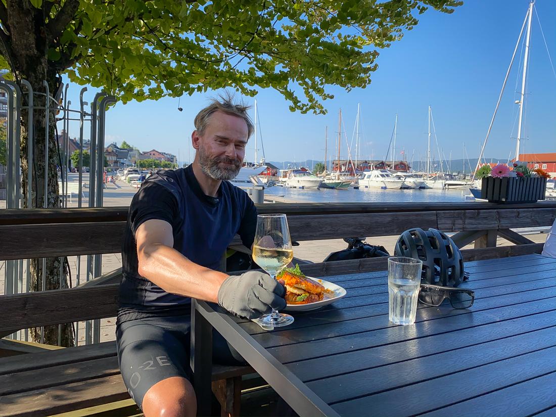 Matbit på brygga i Holmestrand