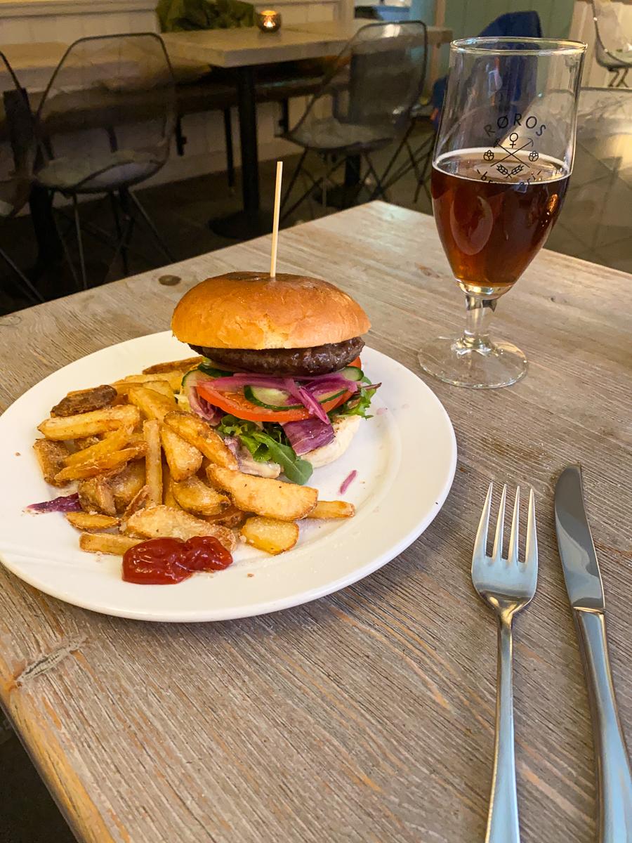 Lokalt øl og burger på Kaffestuggu. Røros