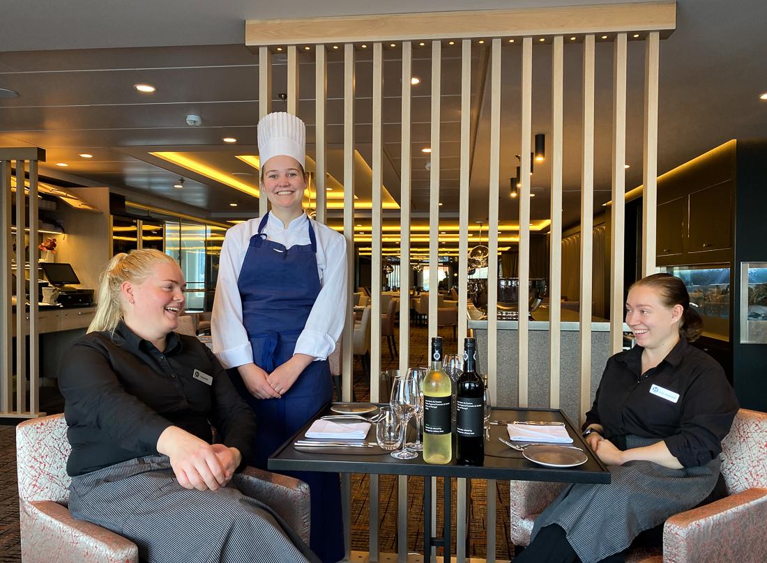 Trivelig prat med jentene i restauranten