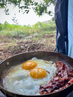 Frokost med egg og bacon i teltet. Døvika.