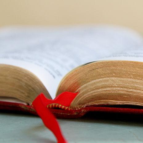 En uppslagen bibel