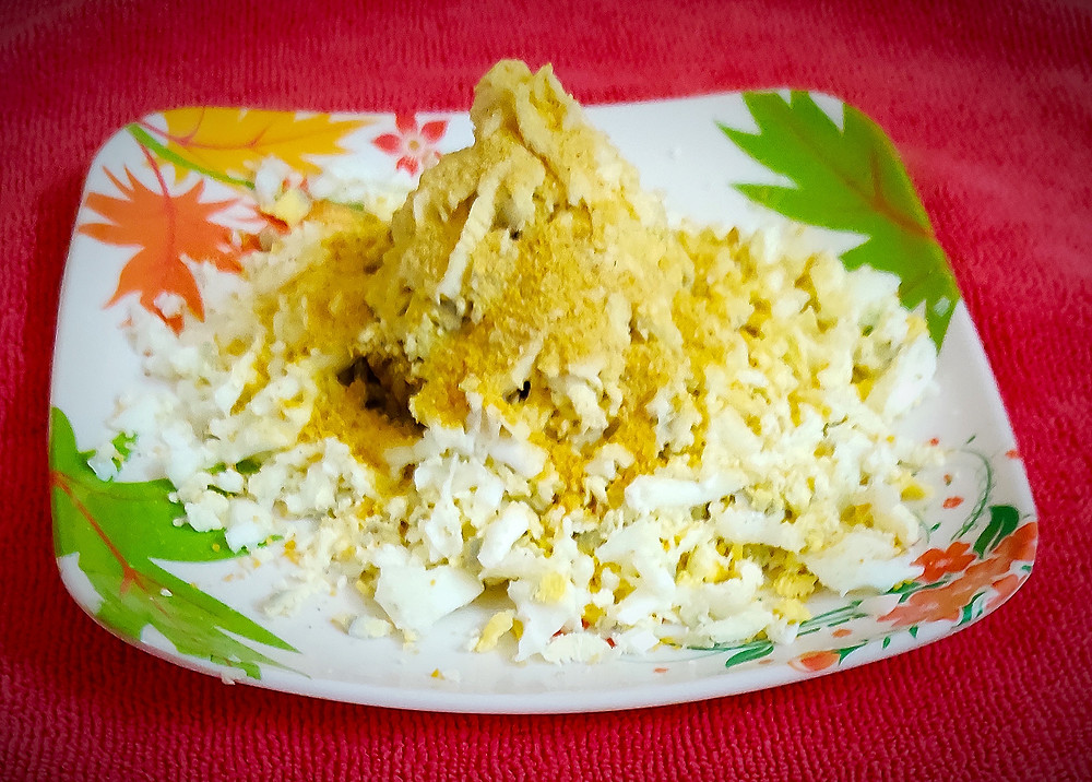 Ingredients -  2 tbsp       Olive/ Vegetable/ Refined oil 1 nos        Medium size sliced onion 1 cup        Boiled and mashed potato 1 tsp         Ginger paste 1 tsp         Garlic paste 2 nos        Chopped green chilies 4 tbsp       Breadcrumbs 1.½ tbsp   Cornflour 2 tbsp       Milk 2 nos        Eggs 4 nos        Shred boiled eggs