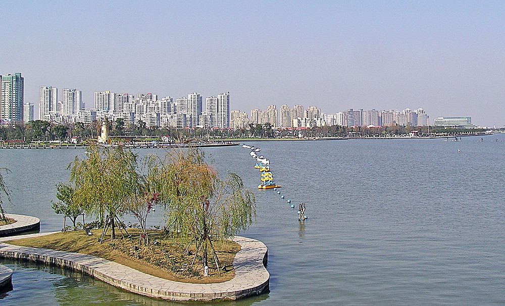 1920px-Suzhou_Industrial_Park_SIP_-_West_Bank_of_Jin_Ji_Lake