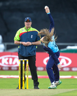 Helen Fenby bowling action_61Z8967.jpg