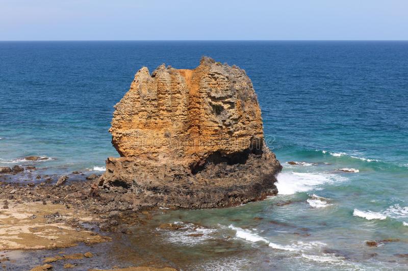 eagle-rock-great-ocean-road-victoria-australia-aireys-inlet-coastline-along-66373221