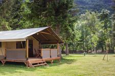 La tente Echirou, à l'ombre des sapins l'après-midi
