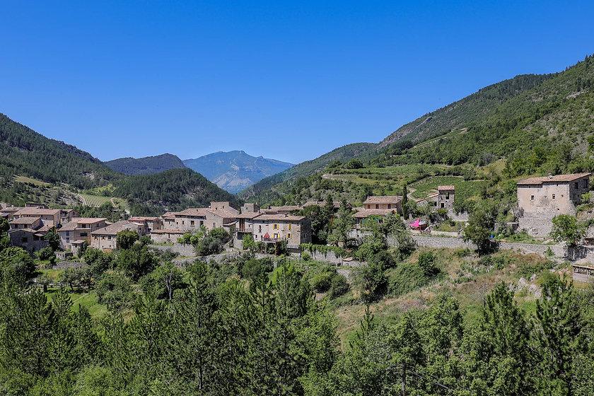 Village perché de Saint Benoit en Diois