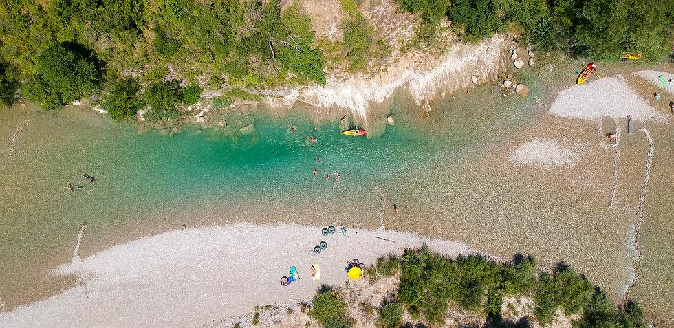 Canöe dans la rivière Drôme - vue du ciel