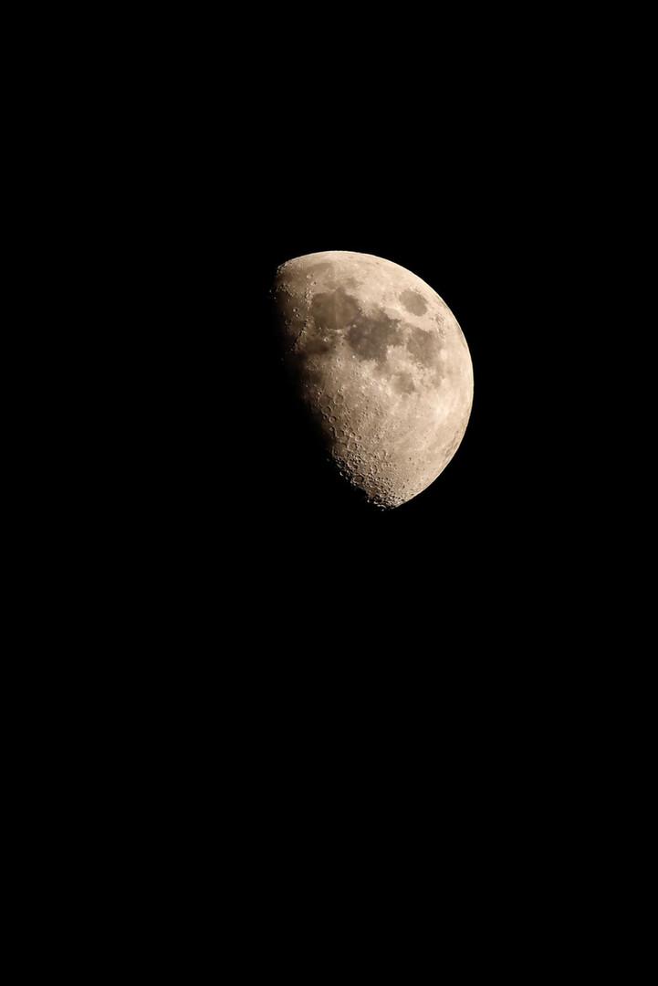 La lune bien visible parfois
