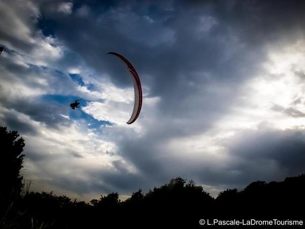 Parapente sous les nuages