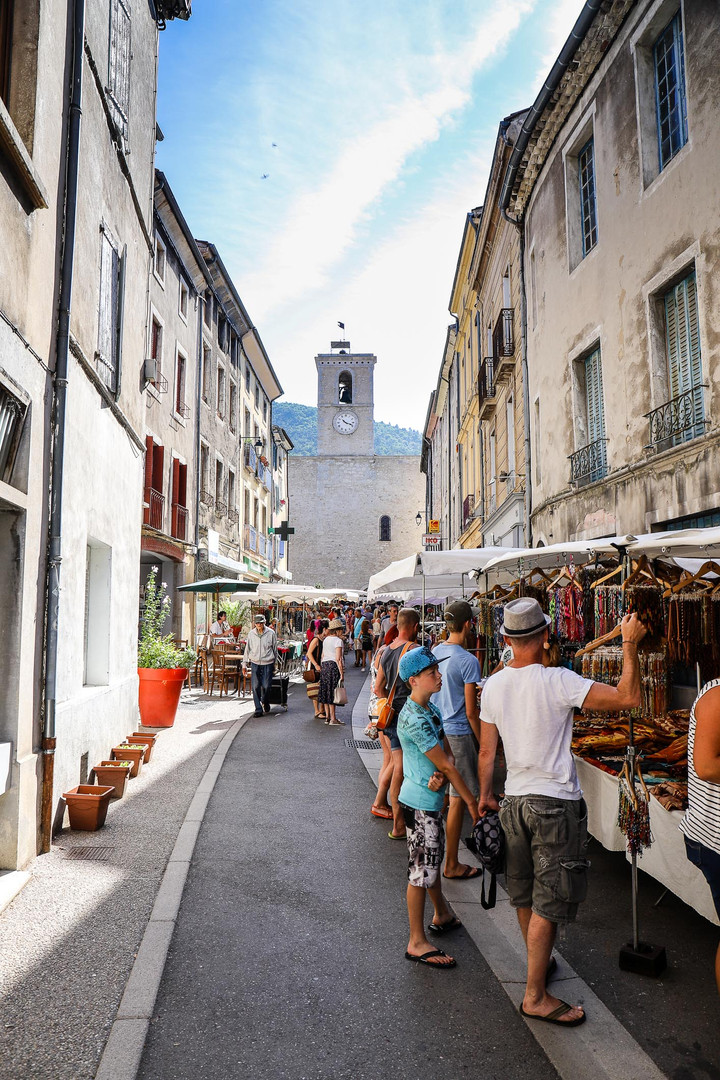 Le marché de Saillans, au coeur du village