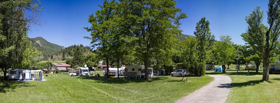Emplacements spacieux pour tous les types d'installations : camping car, tente, caravane