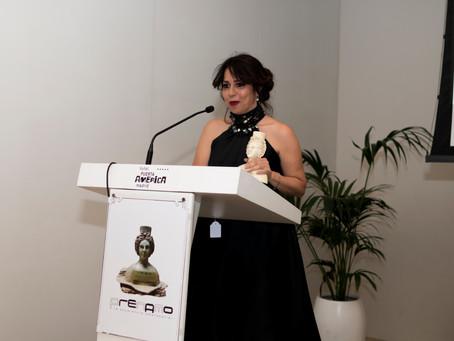 Luciana Brito recibe el Premio Nacional a la Excelencia Empresarial en Cooperación Internacional.
