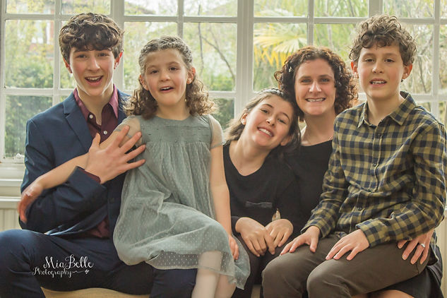 beautiful girl, bat-mitzvah, bat-mitzvah girls, stockport photographer, manchester photographer, family photoshoot, family photos, siblings, siblings with mum, children with mother