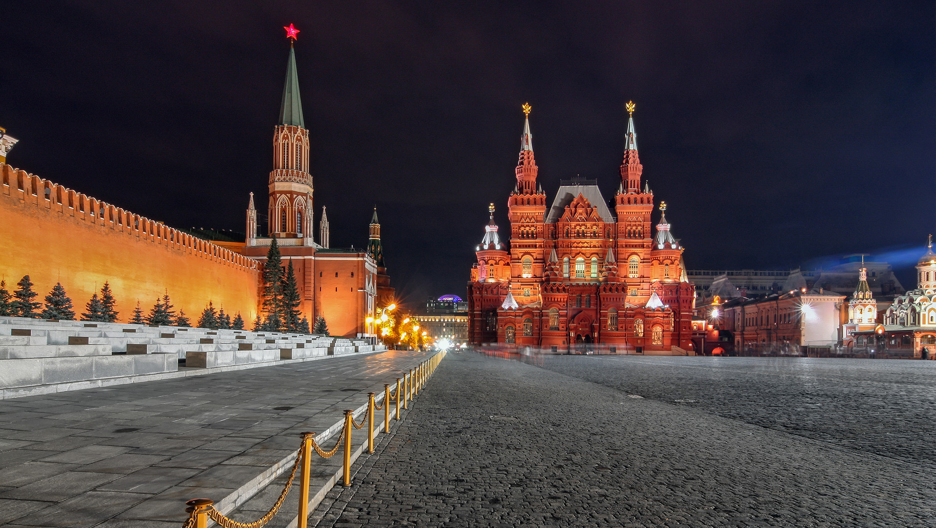 red-square-by-night-in-moscow-PLEXDB5.jp
