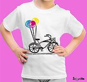 Criança feliz e suas t-shirts unicas personalizadas, moda jovem