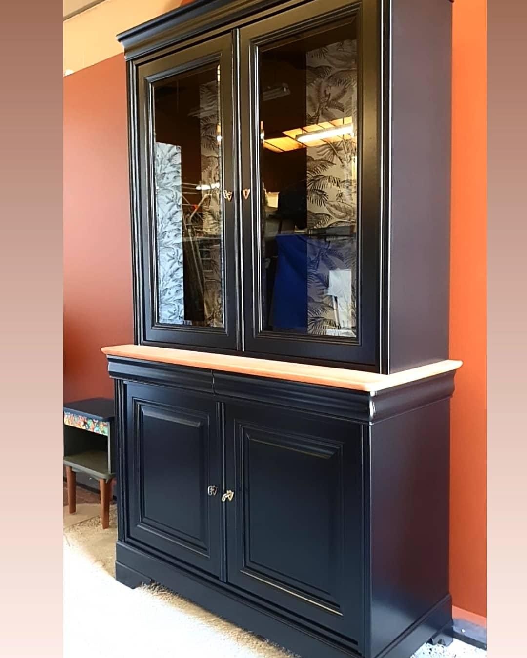 Vaisselier noir, bois et papier peint intérieur