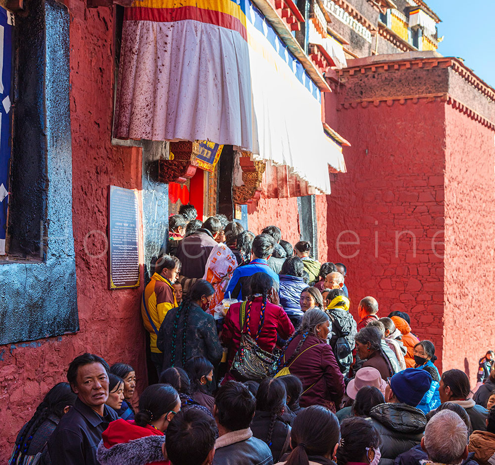 Tibetan people queuing on a shrine inside the Baiju Temple