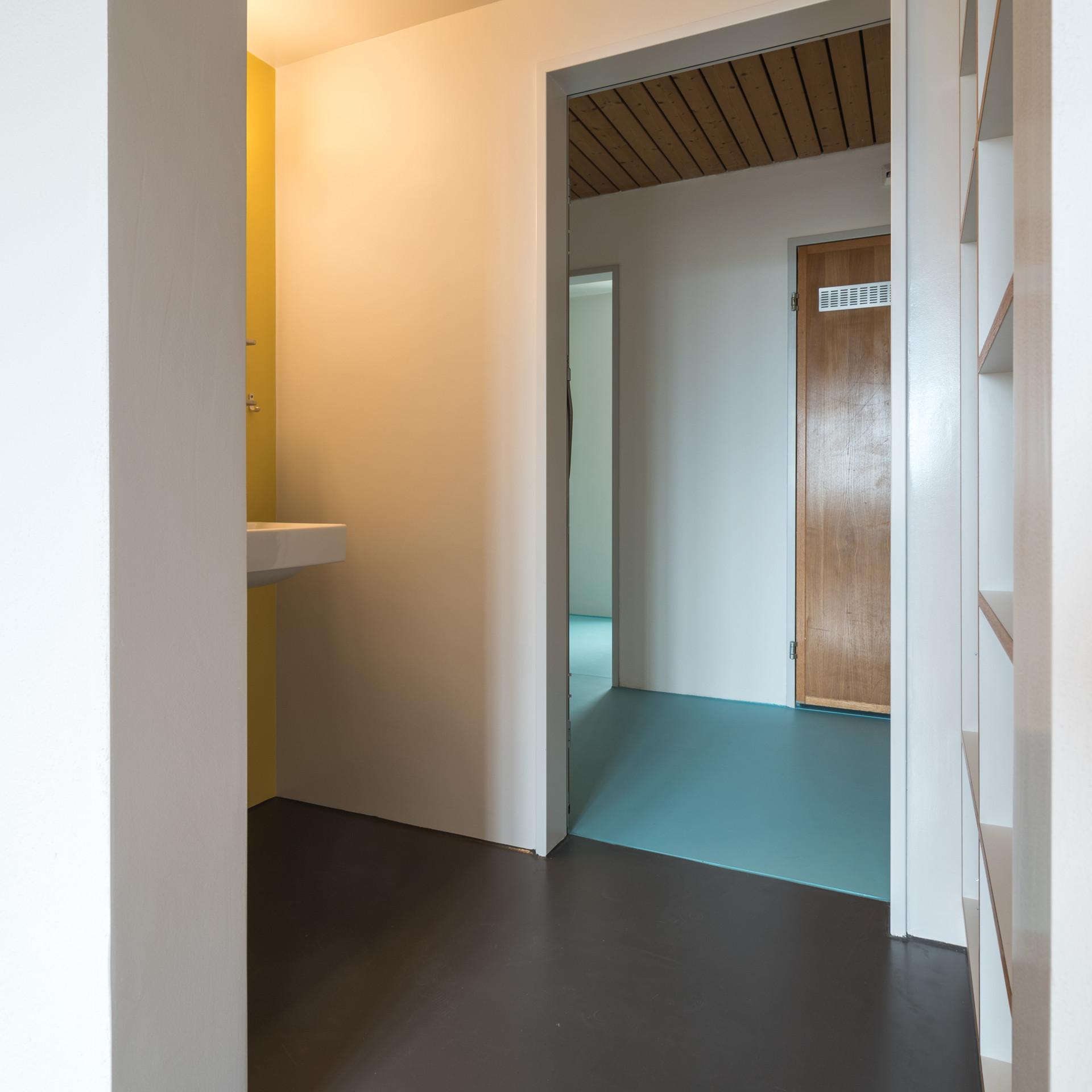 blauer Boden gelbe Wand.jpg