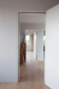 Neubau mit hellgrauen Wänden und farbigen Decken. Rothrist Architekt EpprechtArchitekten AG.