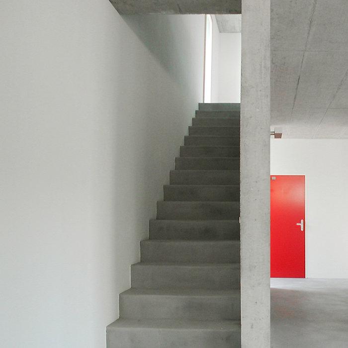Betondecke, Hartbetonbelag, Rote Zimmertüren, EpprechtArchitekten AG, Einfamilienhaus Neubau, Dulliken, Solothurn.