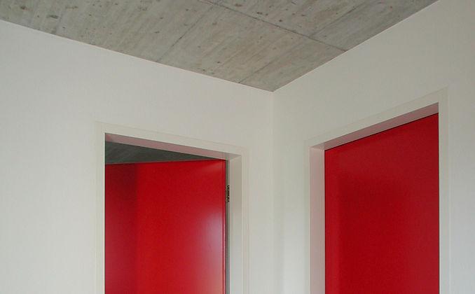 Einfamilienhaus mit Betondeck und roten türen, Epprecht Architektur