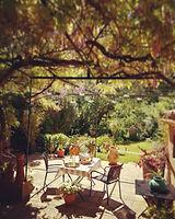 La terrasse et le jardin de La Maison Hilarion petits-déjeuners, table d'hôtes