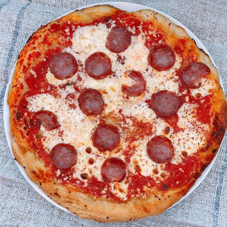 Pizza con ricotta dura e salamino cremonese
